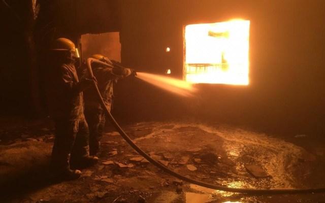 Incendio en bodega de combustible robado deja cinco heridos en Tabasco - Sofocación de incendio en Cárdenas, Tabasco. Foto de Tabasco Hoy