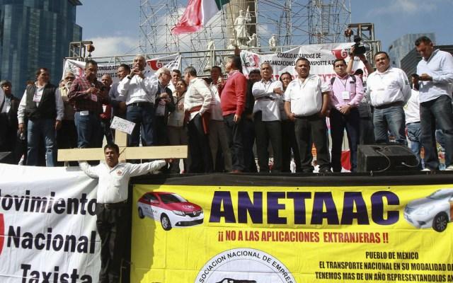 Taxistas llevan 9 horas de bloqueo en Ángel de la Independencia - Taxistas en protesta desde el Ángel de la Independencia. Foto de Notimex