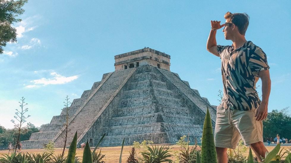 Aumenta en agosto número de turistas que visitaron México - Turista internacional en Chichén Itzá. Foto de Austin Distel / Unsplash
