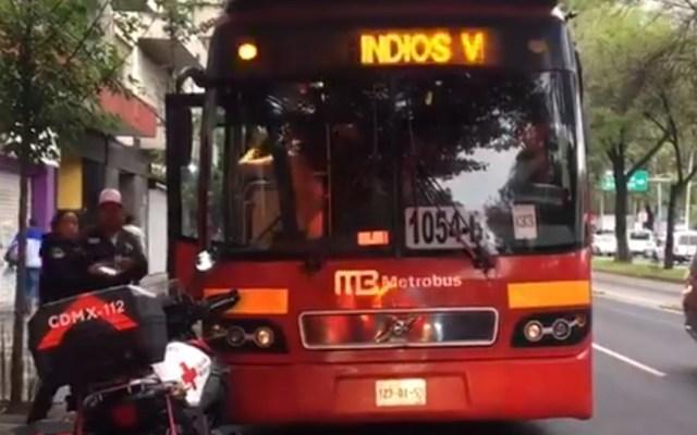 Accidente de Metrobús con taxi deja 10 lesionados en Insurgentes Sur - Unidad involucrada en choque. Captura de pantalla / @elgmx