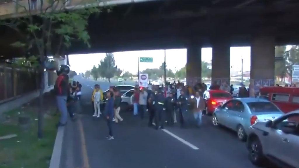 Usuarios del Metro interpelan a taxistas que afectan la Avenida Central. Captura de pantalla / Noticieros Televisa