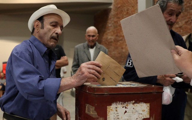 Uruguay celebra elecciones para renovar presidencia - Voto de hombre en Uruguay. Foto de EFE