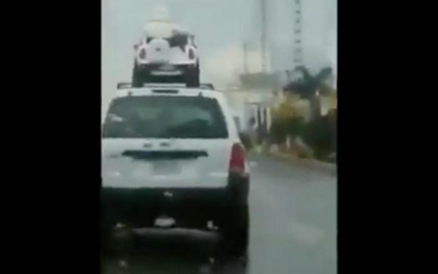 #Video Padres llevan a sus hijos en techo de automóvil en Zapopan - Zapopan padres camioneta techo