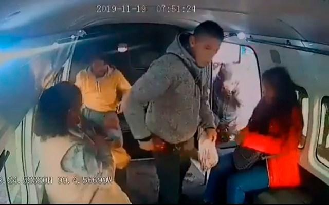 #Video 'No chille', pide delincuente a niña durante asalto en combi - Asalto a pasajeros en Iztapalapa. Captura de pantalla