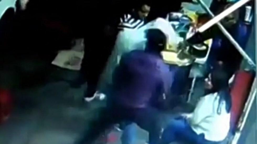 Sujetos asaltan a clientes de un carro de esquites - Foto de captura de pantalla