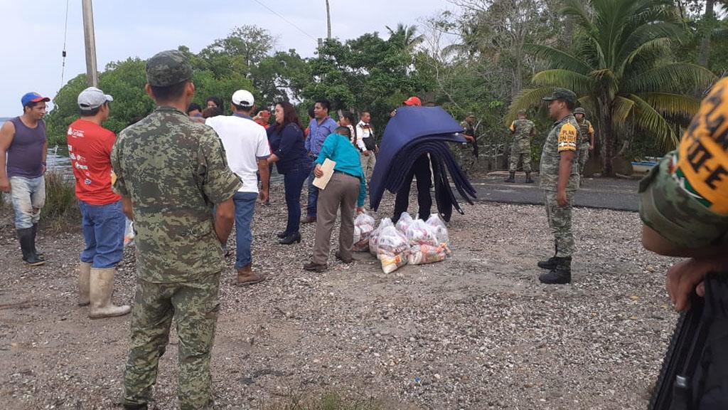 Ayuda de Sedena a pobladores de Tabasco. Foto de @sagitario791