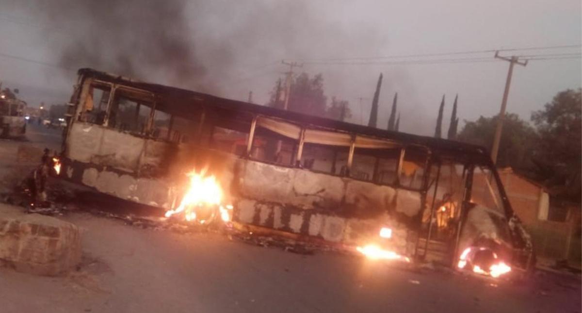 Con autobuses incendiados, bloquean carretera Juventino Rosas-Celaya, en Guanajuato