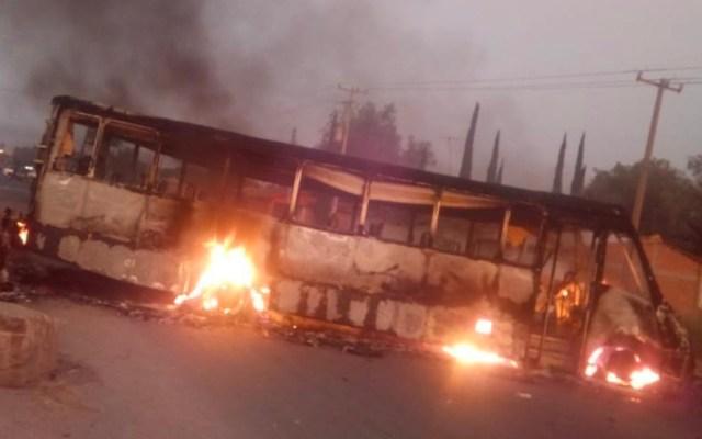 Bloquean con autobuses incendiados carretera Juventino Rosas-Celaya - Bloqueo en carretera de Celaya