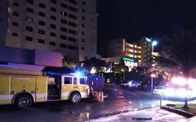 Incendio en hotel de Cancún provoca desalojo de 59 huéspedes - Bomberos atienden incendio en hotel de Cancún. Foto de Noticaribe