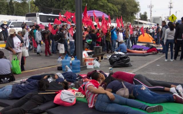 Aplazan una vez más sesión en San Lázaro; convocan para el viernes - Organizaciones campesinos se manifiestan en el Palacio Legislativo de San Lázaro. Ciudad de México. Foto de Notimex-Susana Gil.
