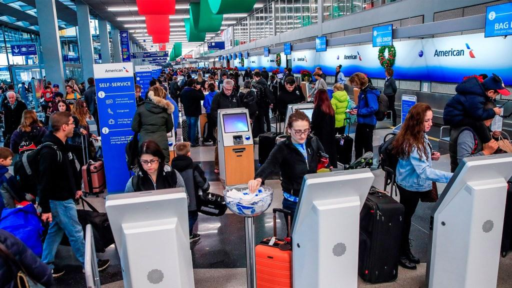 Tormentas provocarán caos en EE.UU. durante Acción de Gracias - Caos en aeropuerto de EE.UU. por tormentas. Foto de EFE