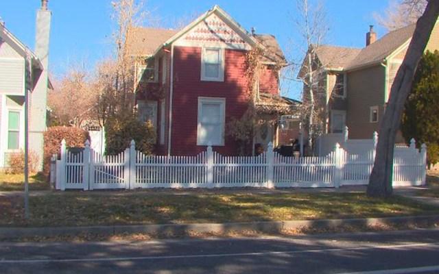 Encuentran a 26 niños detrás de falsa pared en guardería de EE.UU. - Casa que operaba ilegalmente como guardería ilegal en Colorado Springs. Foto de KKTV