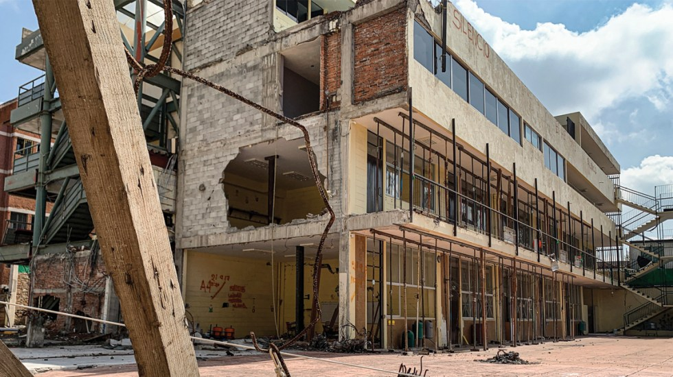 Comparece directora del Colegio Rébsamen por su probable responsabilidad en la muerte de 26 personas - Foto de Notimex