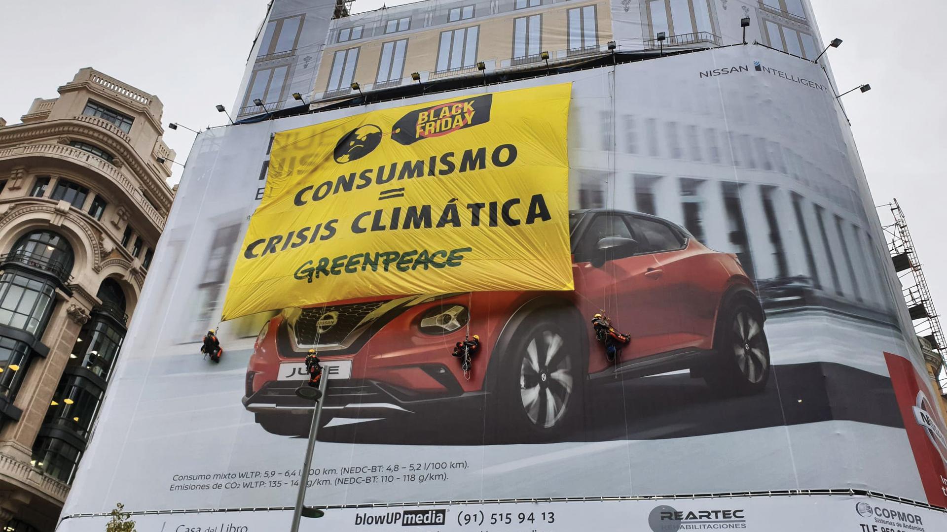 Greenpeace boicotea el Black Friday en Madrid con una gran pancarta