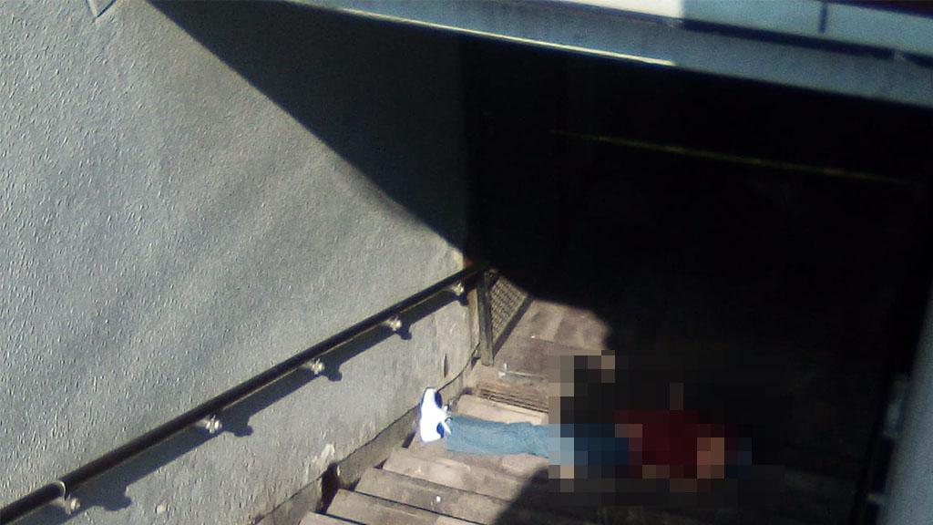 El hombre que murió en las escaleras del Metro tenía 40 años aproximadamente. Foto Especial