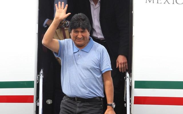 AMLO destaca historial de asilo en México tras llegada de Evo Morales - Evo Morales al salir de avión de las Fuerzas Armadas mexicanas. Foto de EFE