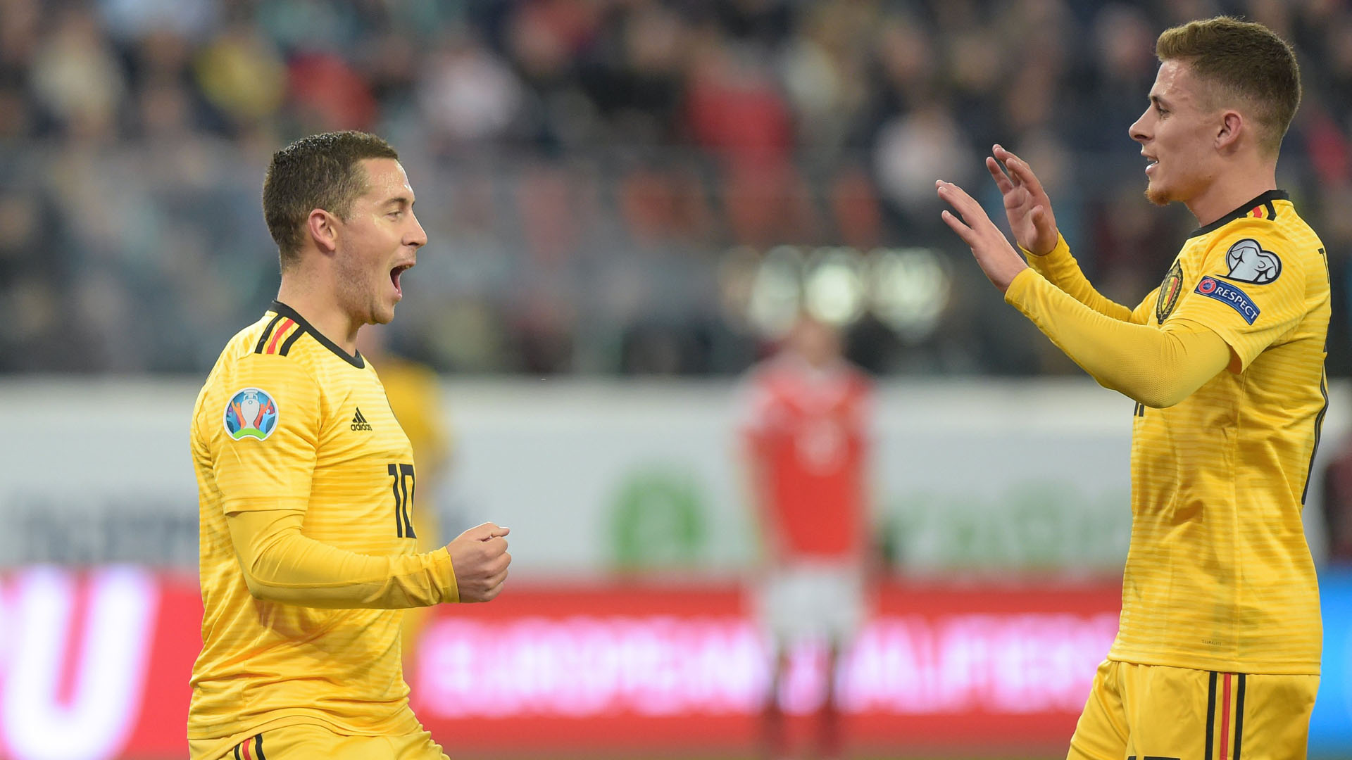 Festejo de Eden Hazard y Thorgan Hazard. Foto de @UEFAEURO
