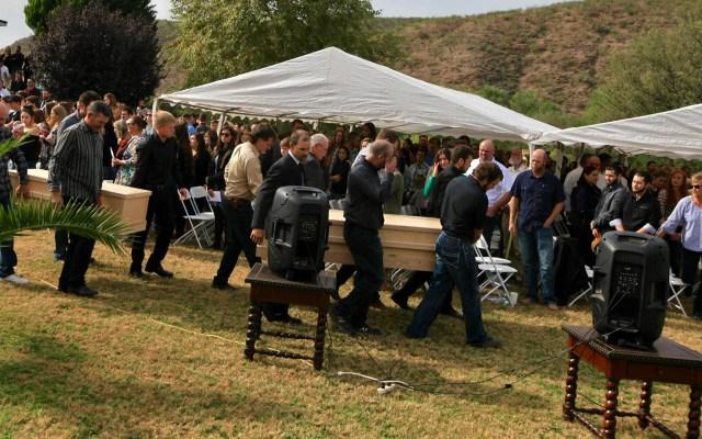 Sepultan a tres miembros de la familia LeBarón masacrados en Sonora - Funeral de las nueve víctimas del ataque contra los miembros de la familia LeBarón en la frontera entre Sonora y Chihuahua. Bavispe. Foto de Notimex-Javier Lira.