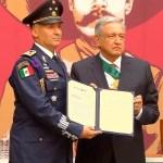 López Obrador condecora a tripulación que trajo a México a Evo Morales