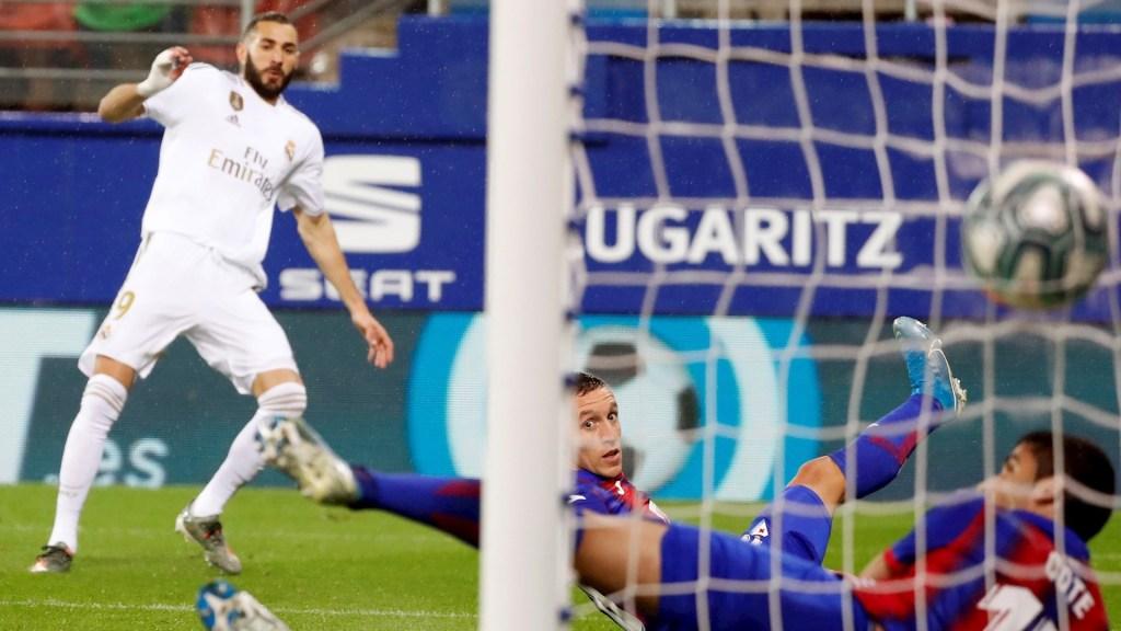 Benzema supera a Puskas y se acerca a Hugo Sánchez - El delantero Francés del Real Madrid, Karim Benzema (i), marca un gol en el partido ante el Eibar, correspondiente a la décimo tercera jornada de LaLiga Santander, disputada en el estadio Municipal de Ipurúa. Footo de EFE/Juan Herrero.