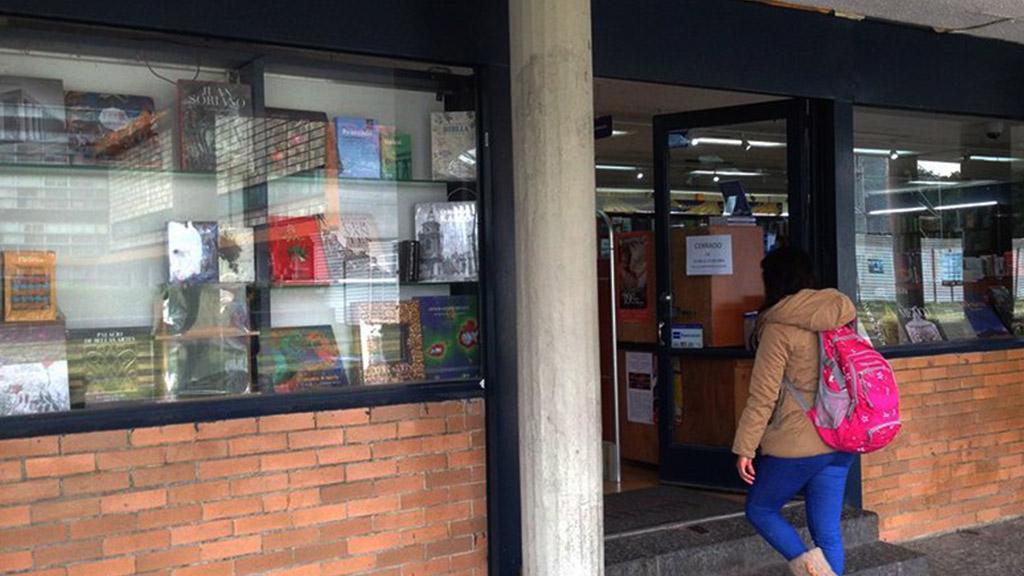 UNAM reabre librería vandalizada a un costado de Rectoría - Librería Henrique González en inmediaciones de Rectoría. Foto de UNAM