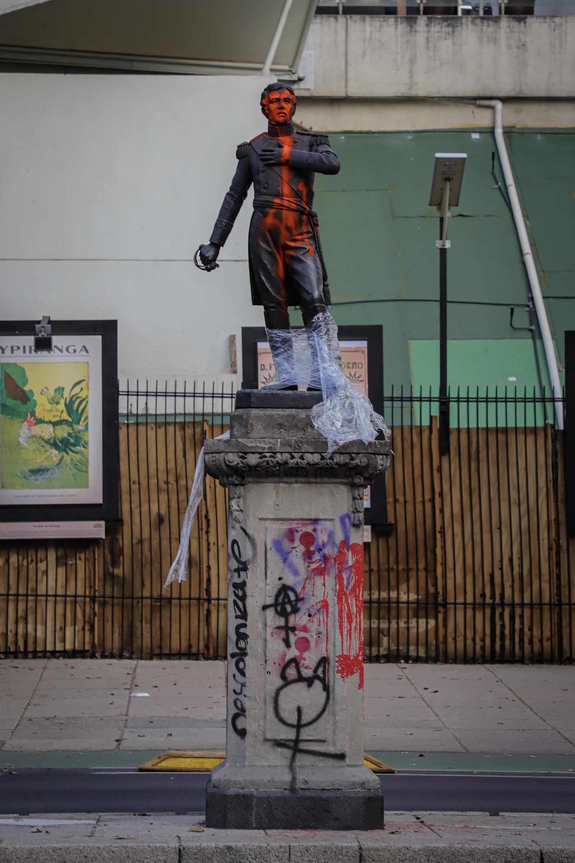 Luego de las marchas de ayer, en donde algunas mujeres radicalizaron la protesta realizando pintas y destrozos, los monumentos y áreas dañadas hoy amanecieron limpias y pintadas, otras continúan en restauración. Foto de Notimex-Quetzalli Blanco.