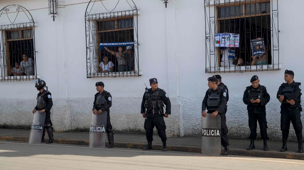 Iglesias de Nicaragua padecen represión del gobierno de Ortega - Madres de presos políticos de Nicaragua en protesta dentro de iglesia. Foto de EFE