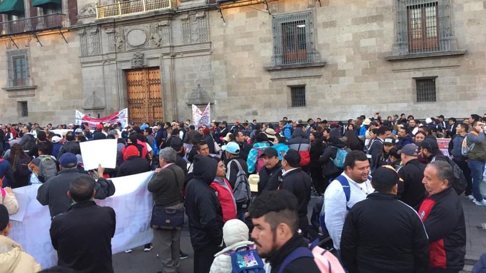 Cecyte protesta frente a Palacio Nacional; hará marcha y amaga con paro - Manifestación del Cecyte afuera de Palacio Nacional. Foto de @MrElDiablo8