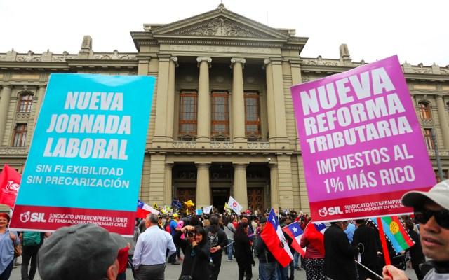 Manifestantes rodean sede del Congreso de Chile en rechazo a Piñera - Manifestantes en el Congreso de Chile
