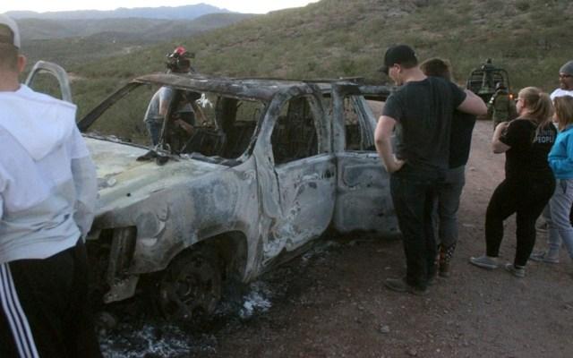 Julián LeBarón denuncia que siguen las amenazas por parte de delincuentes - Miembros de la familia LeBarón observan este miércoles un vehículo calcinado donde fueron ultimados sus familiares. Foto de EFE