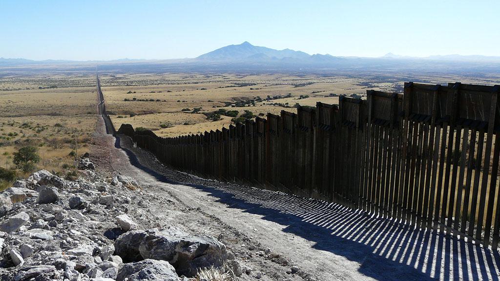"""""""No nos vamos a confrontar con EE.UU."""", afirma AMLO tras declaraciones de Trump por muro - Muro actual entre EE.UU. y México. Foto de Matt Clark / Defenders of Wildlife"""