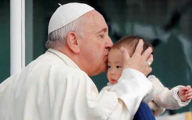 El papa pide tomar decisiones valientes sobre las futuras fuentes de energía - Foto de EFE/EPA/KIMIMASA MAYAMA