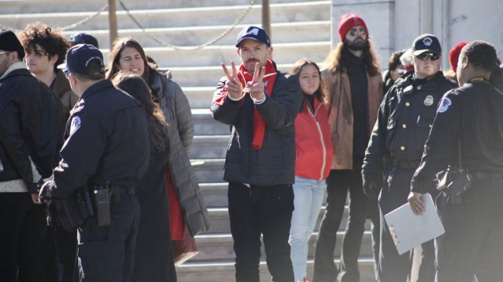 Arrestan a Paul Scheer en protesta climática de Jane Fonda - Foto de @FireDrillFriday