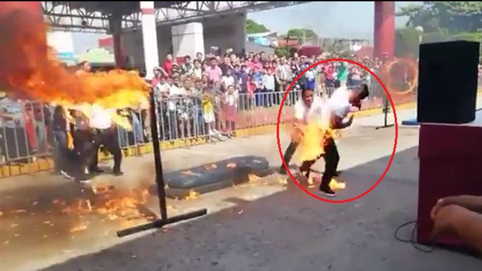 #Video Policía de Tabasco se quema al intentar acrobacia en desfile de la Revolución - Policía en llamas tras accidente en desfile de la Revolución Mexicana en Tabasco. Captura de pantalla