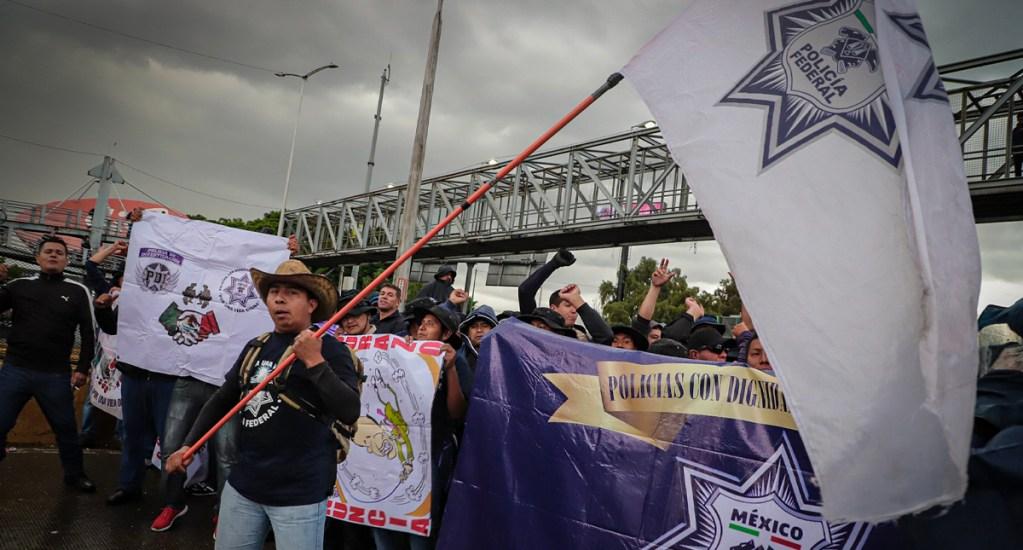 Gobierno capitalino pide a policías federales liberar vialidades y acercarse a la mesa de diálogo - Policías federales bloquean inmediaciones del AICM