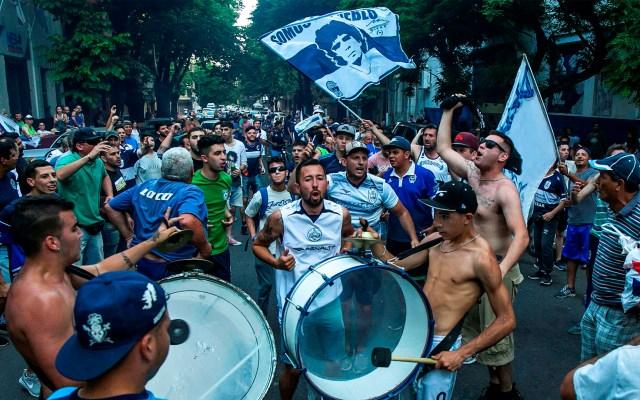Aficionados exigen regreso de Maradona a Gimnasia y Esgrima - Protesta de aficionados del Gimnasia y Esgrima La Plata. Foto de EFE