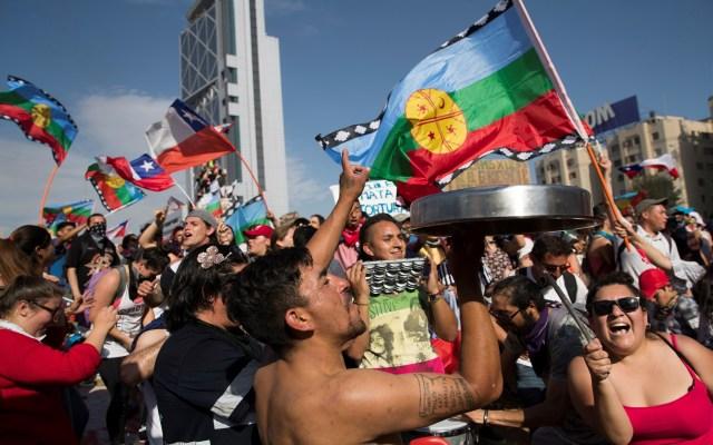 Gobierno y oposición de Chile acuerdan plebiscito para nueva Constitución - Protesta en Chile. Foto de EFE