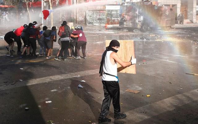 Continúan las protestas en Chile, atacan Embajada de Argentina - Protestas Chile violencia