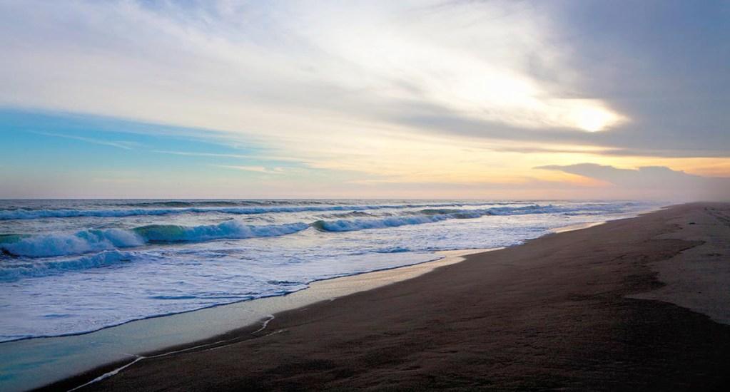 Protección Civil descarta alerta de tsunami en México - Playa de Puerto Arista, Chiapas. Foto de Alfredo Martínez / Pinterest