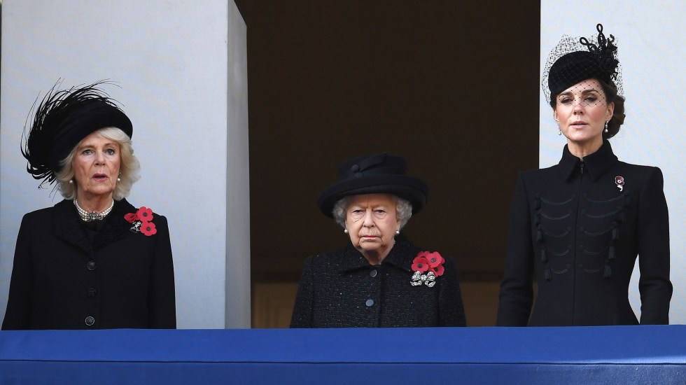 Reina Isabel II preside homenaje a caídos en guerras mundiales - Reina Isabel II desde balcón en el que presidió homenaje a caídos en las guerras mundiales. Foto de EFE
