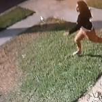 #Video Ladrón arrastra a mujer para robar su auto