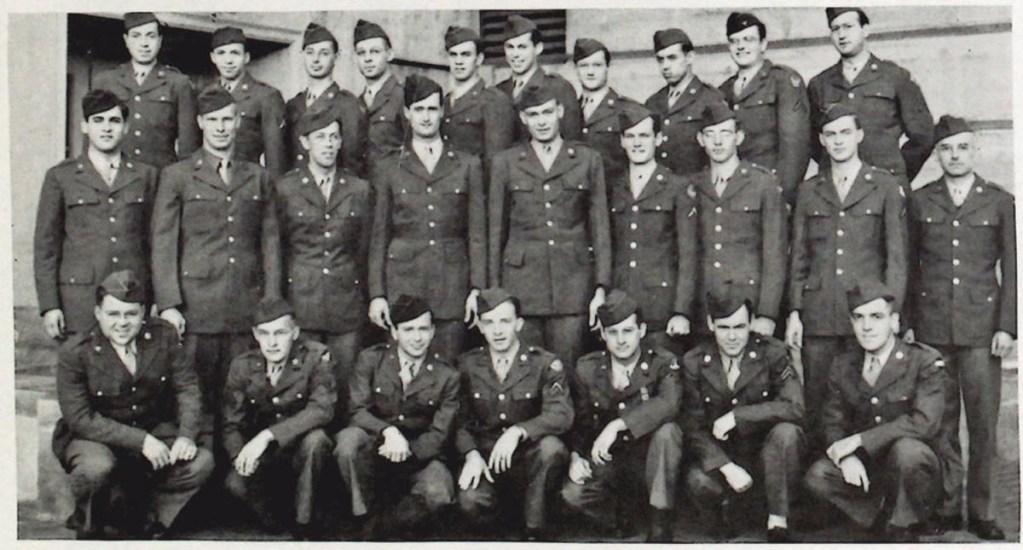 Descubren nuevo espía en programa nuclear de EE.UU. durante la Guerra Fría - Oscar Seborer, tercero desde la izquierda en la fila superior en este anuario de 1944. Foto de TNYT