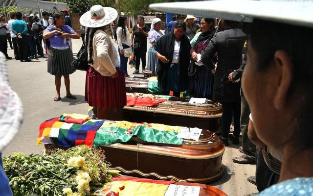 Gobierno de Bolivia niega disparos a cocaleros - Sepelio de víctimas de enfrentamiento con policías durante protesta en Bolivia. Foto de EFE