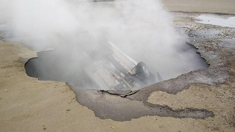Dos hombres mueren al caer en socavón de agua hirviendo en Rusia - Foto de Emercon
