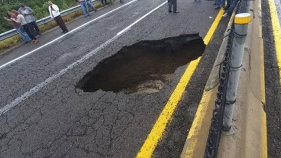Socavón en la autopista Culiacán-Mazatlán por las lluvias. Foto Especial