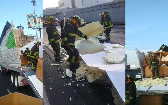 Tráiler choca contra paso a desnivel y tira 46 cajas en el Viaducto - Accidente de tráiler sobre el Viaducto Miguel Alemán