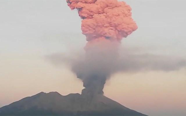 #Video Erupción del volcán Sakurajima eleva gran fumarola - Erupción del volcán Sakurajima en Japón (08-11-19). Captura de pantalla / @volcanohull