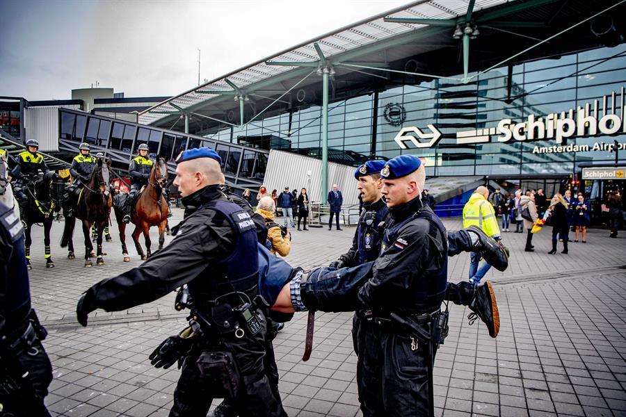 Policía desaloja a activistas de Greenpeace del aeropuerto Ámsterdam