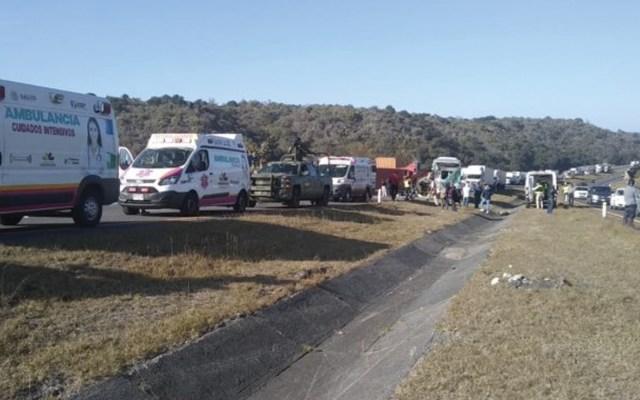 Choque entre camión de pasajeros y tráiler deja 19 heridos en Michoacán - Foto de Grupo Marmor