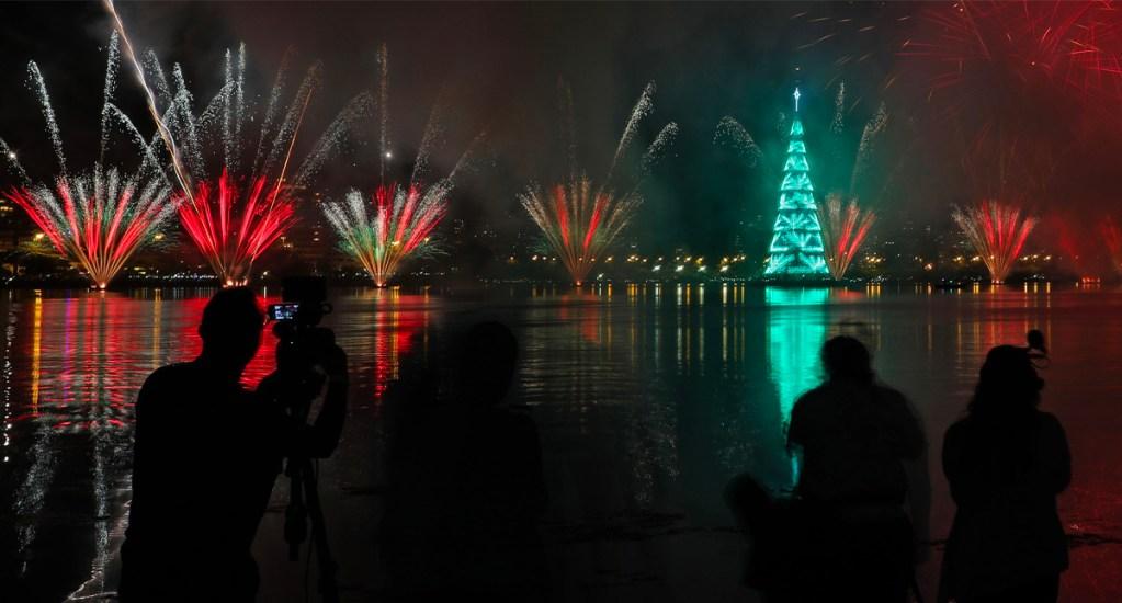 Río vuelve a iluminarse con árbol de Navidad flotante más grande del mundo - Inauguración del árbol de Navidad Lagoa este sábado en el sur de Río de Janeiro (Brasil). Hubo un espectáculo sincronizado de siete minutos de luces, fuegos artificiales y música.